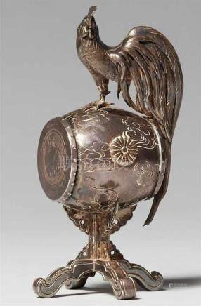 Kleines Zierobjekt. Silber. Spätes 19. Jh.In Form eines Hahnes auf einer großen Trommel auf einem