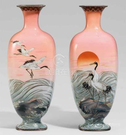 Paar große Vasen. Email cloisonné. Um 1900Abgerundete Vierkantform mit Hals. Beide dekoriert mit
