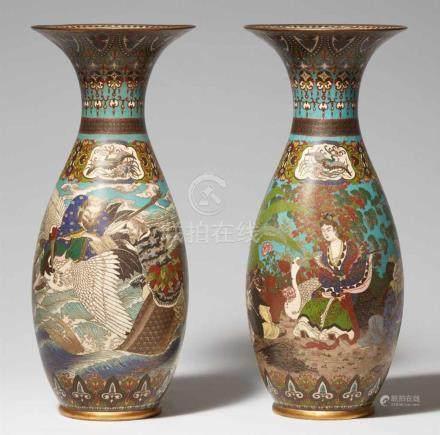 Paar große Vasen. Email cloisonné. Spätes 19. Jh.Auf der einen Vase Unsterbliche auf Wellen: Kinko