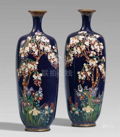 Paar Vasen. Email cloisonné. Nagoya. Um 1900Bodenmarke: DaikichiAbgerundete, rechteckige Form mit