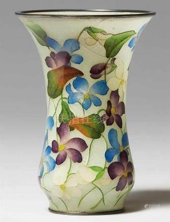 Seltene kleine plique-à-jour-Vase. Frühes 20. Jh.Mit weiter Mündung. Veilchen in drei Farben und