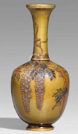 Vase. Bronze. Tokyo. Um 1900Am Boden Ritzmarke: Shôbi sei Eiförmiger Korpus mit schlankem Hals. In