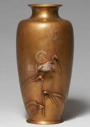 Große Vase. Gelbguß. Spätes 19. Jh.Gestreckte Form mit ausschwingendem Hals. In hohem Relief