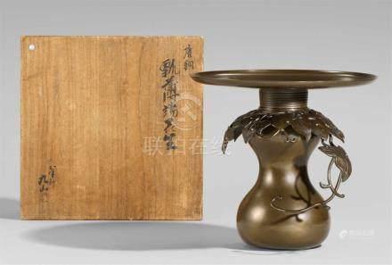 """Große Vase, 3-tlg. Bronze. 2. Hälfte 20. Jh.Doppelkürbisförmig, darauf ein """"Kragen"""" aus"""