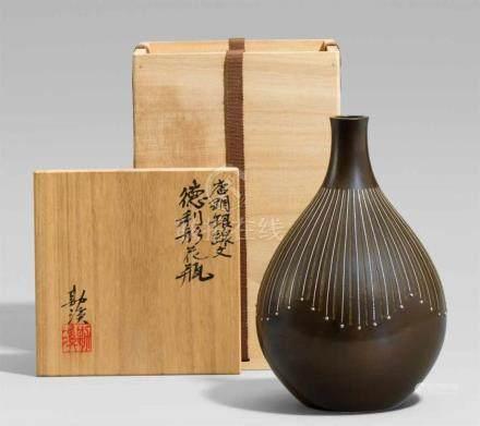 Vase. Bronze. Takaoka. 2. Hälfte 20. Jh.Am Boden eingepresste marke: Kankei (= Hannya Kankei)