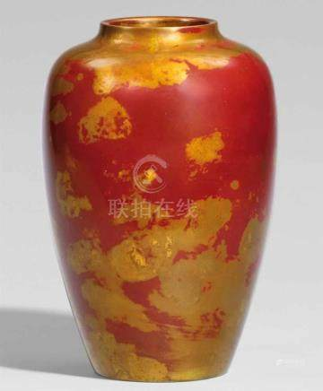Vase. Bronze. Spätes 20. Jh.Am Boden Siegelmarke: TsugioGestreckte Eiform. Dunkelrote Patina mit