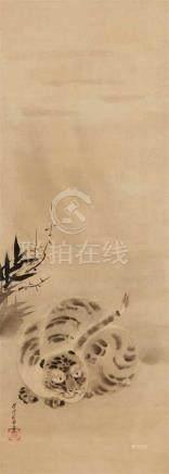 Yamamoto Tansen (1721-1780)Hängerolle. Liegender Tiger, Bambus und Gestrüpp. Tusche auf Seide.