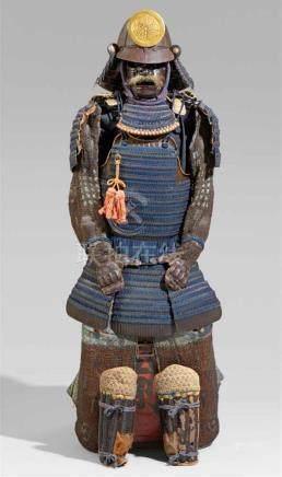 Rüstung (yoroi). 18./19. Jh.Dô vom Typ tachi mit kittsuke kozane und anhängenden kusazuri mit je