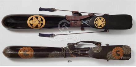 Utsubo (Köcher). 19. Jh.Holz, schwarz lackiert mit maru ni tachibana mon in Goldlack. Trageriemen