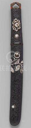 Aikuchi. 19. Jh.Klinge: L 18,2 cm, hira zukuri, gunome-midare hamon, itame hada. Nakago: ubu, ein