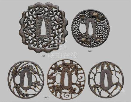 Großes tsuba. Eisen. Nanban-Arbeit. Edo-ZeitUnregelmäßiger Rand gebildet durch die Körper von vier