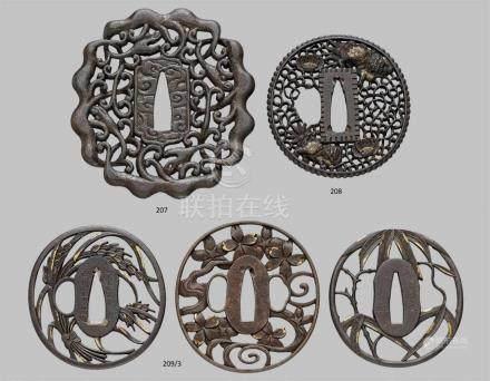 Drei tsuba. Eisen. Spätes 18. Jh.Alle oval und dekoriert in durchbrochenem Relief mit kleinen