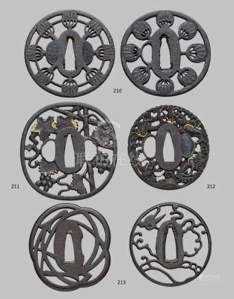 Zwei sehr ähnliche tsuba. Eisen. Edo-ZeitRund. In breitem, flachem Rand acht radiär angeordnete