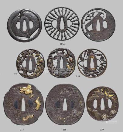 Drei tsuba. Eisen. Edo-ZeitAlle rund. a) Mit großem aoi-Blatt in teilweise durchbrochenem Relief,