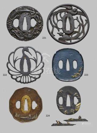 Konvolut von zwei Weichmetall-tsuba und einem Paar shakudô menuki. 19. Jh.a) Kupfer. Unregelmäßiger,