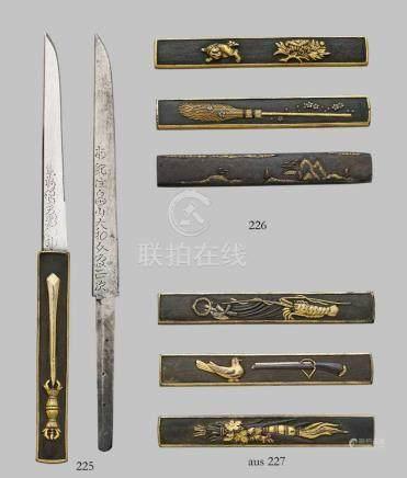 Zwei Teile Schwertzubehör. 19. Jh.a) Kozuka aus shakudô, dekoriert mit zweischneidigem Schwert und