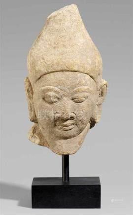 Kopf des Gottes Agni. Sandstein. Zentralindien. Wohl 11./12. Jh.Kopf mit großen mandelförmigen