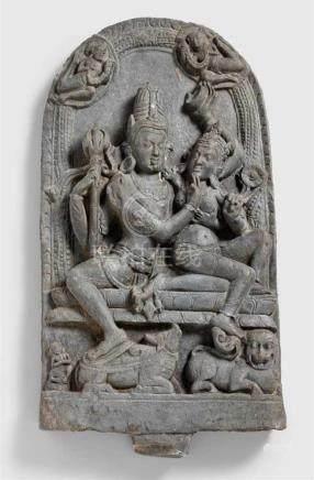 Stele eines Uma Maheshvara. Schwarzer Stein. Nordost-Indien, Bengalen, Bihar. 11./12. Jh.Der