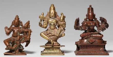 Drei Figuren. Kupferlegierungen. 17./20. Jh.a) Rama mit Sita auf seinem Oberschenkel und kniender