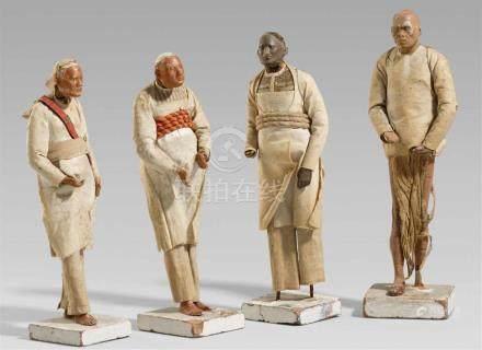 Vier Tonfiguren. Indien, Bengalen. 18./19. Jh.Alle stehend auf einer viereckigen Sockelplatte und