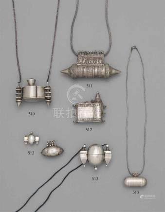 Lingam-Behälter. Silber. Südindien, KarnatakaZylindrisch mit konischen Endstücken, in Treibarbeit