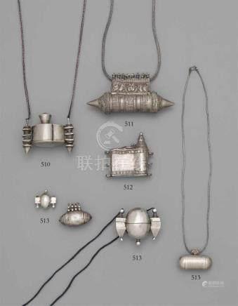 Zwei lingam-Behälter und zwei Amulette. Silber. Südindien. Karnatakaa) Sehr kleine Eiform mit