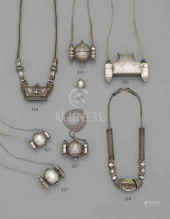 Lingam-Behälter. Silber. Südindien, KarnatakaIn Form einer kleinen Tasche mit aufklappbarem