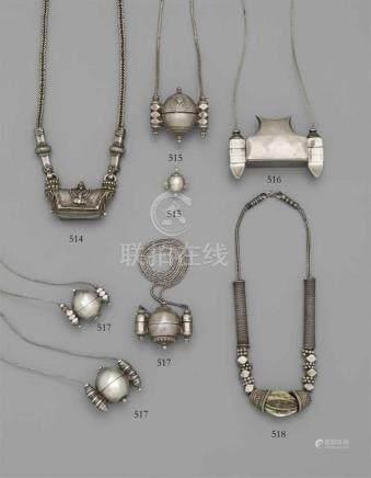 Drei lingam-Behälter. Silber. Südindien, KarnatakaAlle von nahezu eiförmiger Topfform mit