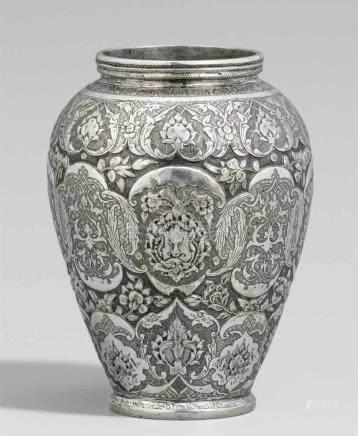 Vase Silber. Iran. Wohl um 1900In Treibarbeit und Gravur in drei Reihen ineinander greifenden