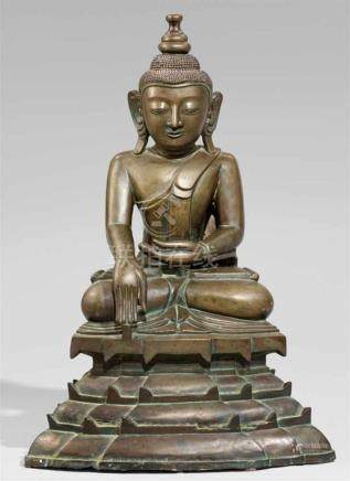 Buddha Shakyamuni. Bronze. Birma. 19./20. Jh.Im Meditationssitz auf einem hohen gestuften Sockel,