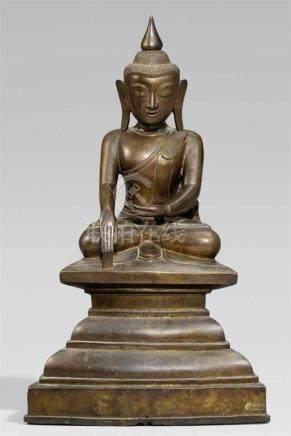 Buddha Shakyamuni. Bronze. Birma, wohl Shan Staaten. 19. Jh.Im Meditationssitz auf einem hohen