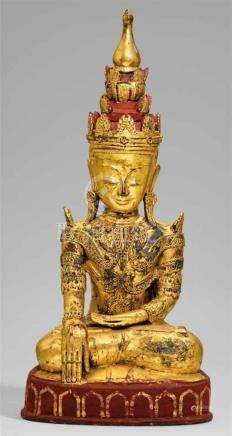 Großer Buddha im Fürstenschmuck. Papiermaché, vergoldet. Birma. 20. Jh.Im Meditationssitz auf