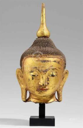Kopf eines Buddha. Gegossen und vergoldet. Birma. 20. Jh.Die Augen aus Perlmutter und Lack, die