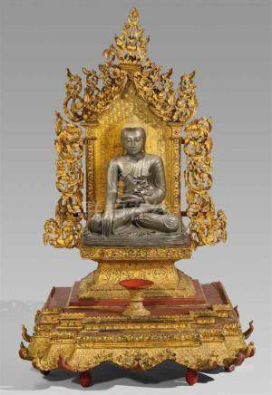 Monumentaler Altarthron (hpaya khan) mit Bronzefigur des Buddha Shakyamuni. Holz, Lack, Gold, Glas,