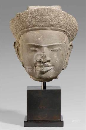 Kopf einer männlichen Gottheit. Dunkelgrauer Kalkstein. Kambodscha. 10./11. Jh.Unter fast bis zu den