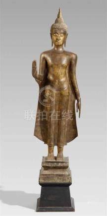 Lebensgroßer Buddha. Bronze. Thailand, Ayutthaya. 15./16. Jh.Stehend auf einer Platte, die rechte