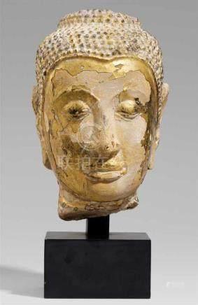 Kopf eines Buddha. Wahrscheinlich Steinguss. Thailand, Ayutthaya. 16. Jh.Länglich ovaler Kopf, unter