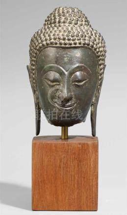 Kopf eines Buddha. Bronze. Thailand. Ayutthaya. Ca. 16. Jh.Ovaler Kopf mit stilisierten Brauen,