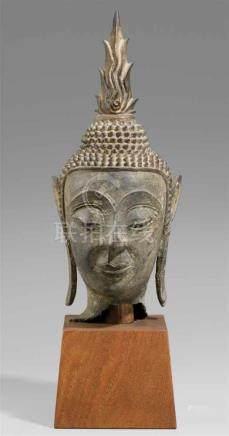 Kopf eines Buddha. Bronze. Laos. 16./17. Jh. oder späterOvaler Kopf, unter den stilisierten Brauen