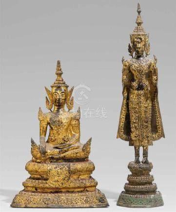 Zwei Figuren des Buddha im Fürstenschmuck. Bronze, über Schwarzlack vergoldet. Thailand,