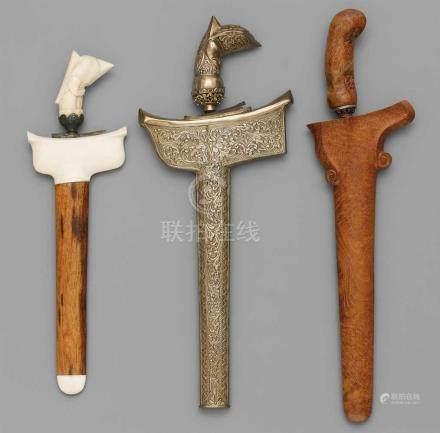 Drei kurze Kris. Indonesien. Spätes 19./20. Jh.a) Klinge aus Stahl, Griff aus Elfenbein vom Typ