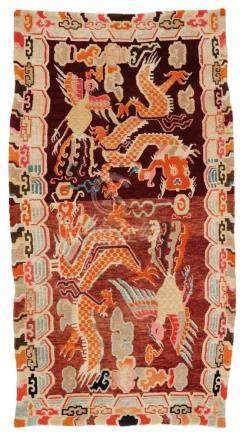 Teppich (khaden). Wolle, geknüpft. Tibet. Frühes 20. Jh.Im Mittelfeld des zum Sitzen und Schlafen
