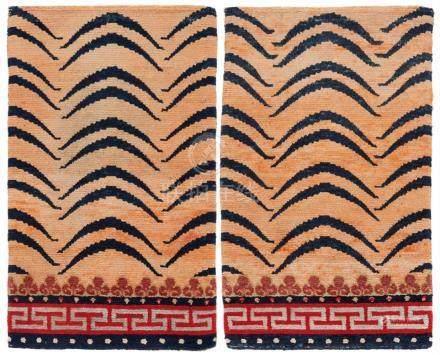 Paar kleiner Sitzteppiche. Wolle, geknüpft. Tibet. Mitte 20. Jh.Beide dekoriert mit einem