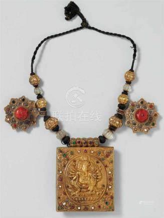 Edles Amulett. Silber, vergoldet, besetzt mit Korallen, Perlen und Farbsteinen an Kette. Kathmandu,