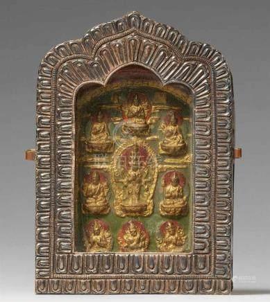 Reiseschrein (ga'u), Silber und Kupfer, mit Votivtafel aus Lehm. TibetDie blattförmige Schauseite