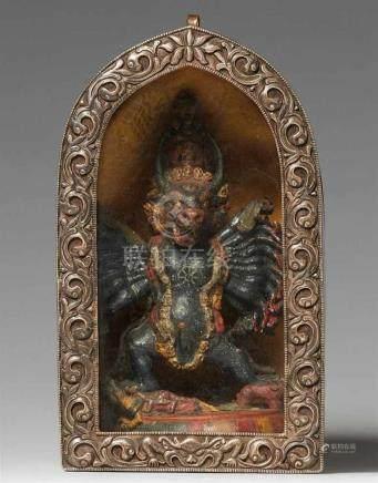 Reiseschrein (ga'u). Silber und Messing, mit Holzfigur des Vajrabhairava. TibetDie blattförmige