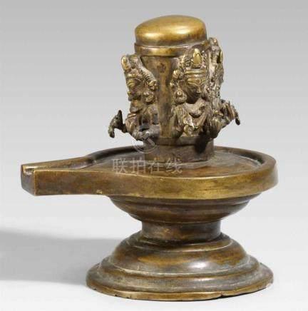 Yoni linga. Bronze. Nepal. 17./18. Jh.Über einem runden, profilierten Sockel, yoni mit spitz