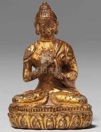 Miniaturfigur des Buddha Vairocana. Feuervergoldete Bronze. Tibet. 17./18. Jh.Der predigende