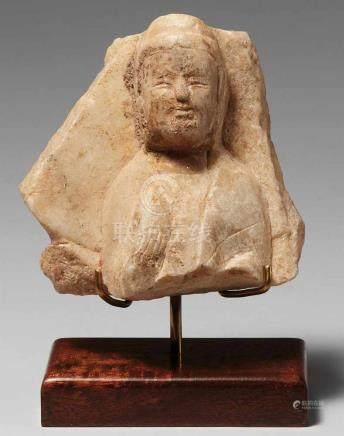 Kleines Fragment einer Stele. Weißlicher Marmor. Nördliche Qi-Zeit, ca. 560Kopf und Oberkörper eines