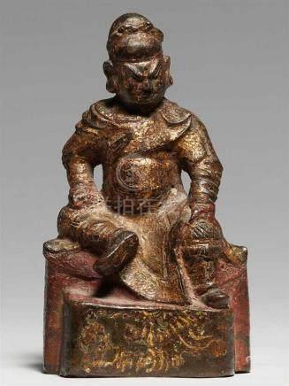 Figur des Kriegsgottes Guandi. Ming-ZeitMit einem herabhängenden und einem angewinkelten Bein auf